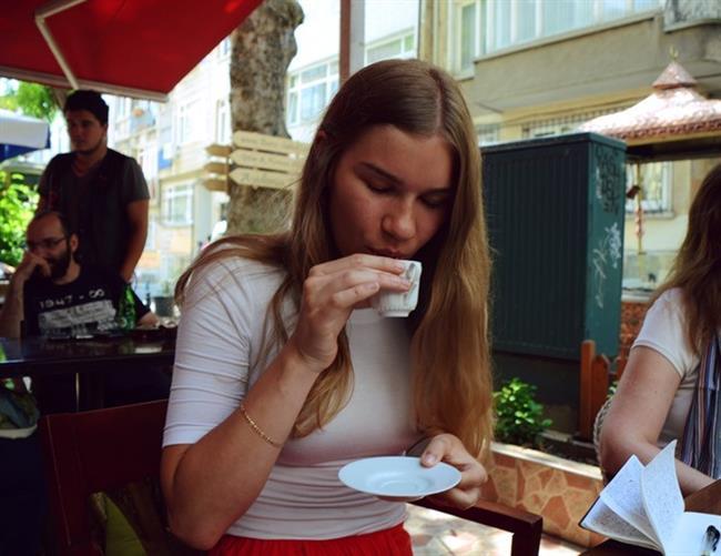 Höpürdeterek bol köpüğü yudumlamak  Bizlerin kahve içmede en temel kriteri olan bol köpük aslında telvenin dibe çökerken kahvemizin hızla soğumamasına destek olur. Tabi bol köpüklü kahve hazırlamak kolay olmadığından ayrıca bir hüner göstergesidir.  Kahveyi başta höpürdeterek içmek aynı zamanda hava akımı da sağlayacağından kahve sıcak ise ağzımızın yanmasına engel olacaktır.