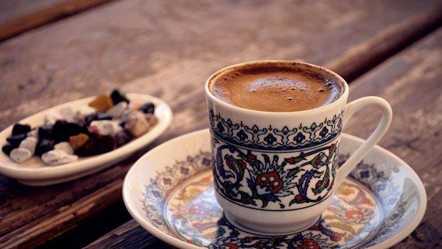 Gerçek kahve aşıklarının bu işi ciddiye aldıklarını çok iyi biliyoruz.  Her yiğidin bir yoğurt yiyişi var ya hani… Kahvenin en yalını, en samimisi olan Türk kahvesi için de her birimizin ayrı ayrı bir içme ritüeli var.   İşte kahve aşıklarının keyfine keyif katacak 9 tüyo!