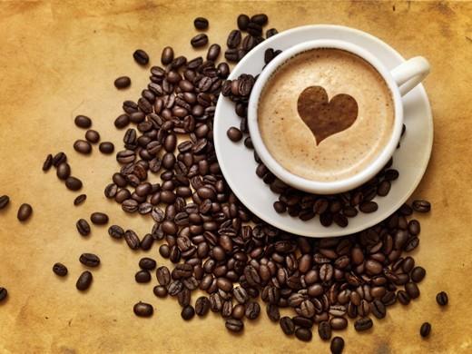 Türk kahvesinin taze çekilmişi makbuldür  Taze çekilmiş Türk kahvesinin kokusu ve aroması oldukça etkileyicidir. Bunun en önemli etmenlerinden bir tanesi Türk kahvesinin en ince çekilen kahve türü olması da sayılabilir. Neredeyse pudra kadar toz kıvamındadır.Eğer pudra kıvamına getirilen kahve uzun süre açıkta bekletilirse aromasını kaybeder o yüzden taze çekilmiş kahve çekirdeği ile kahve hazırlamak önemli bir noktadır.