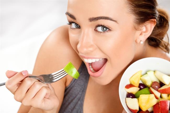 """2.Meyve tüketimini unutmayın!  Meyve de posa açısından zengin besinlerden. Yeterli meyve tüketenler yetersiz tüketenlere kıyasla kolon kanserinden daha fazla korunuyor. Dolayısıyla her gün meyve yemeye özen gösterin. Diyetinizin posa miktarını arttırmak için kabuğu ile tüketilebilen meyveleri çok iyi yıkayarak kabuklarıyla birlikte tüketmenizde fayda var. Kayısı, kırmızı erik ve incir gibi meyveleri, posa açısından zengin oldukları için özellikle kabızlık şikayetiniz varsa beslenmenize dahil edin. Bu durumda özellikle şekersiz kompostolarını tercih etmeniz bağırsak faaliyetlerini arttırmada daha da etkili oluyor.Aşırı meyve tüketiminin kolon kanseri açısından ek bir fayda sağlamadığını belirterek, """"Dolayısıyla günde 2-3 porsiyon meyve tüketmeniz yeterli olacaktır."""