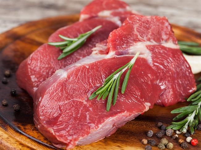 5.Kırmızı et tüketimini sınırlandırın  Kırmızı et tüketimi arttıkça kolon kanseri görülme riski yükseliyor.Bu nedenle kırmızı et tüketiminizin haftada 500 gramdan daha az olması gerekiyor. Eti pişirirken de yanmamasına dikkat edin, çünkü etin yanmasıyla ortaya çıkan kimyasallar (polisiklik aromatik hidrokarbonlar) kanser öncüsü moleküllerin oluşmasına katkı sağlıyor. Pişirme yöntemi olarak haşlama, ızgara veya fırında pişirme tekniklerini kullanın!