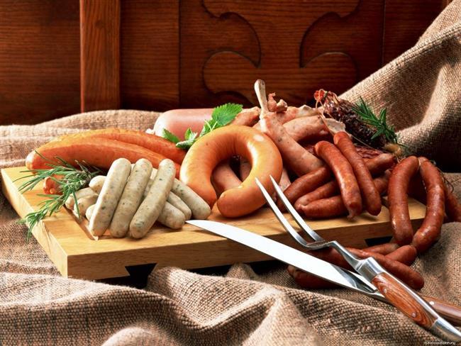 7.İşlenmiş et ve et ürünlerinden kaçının  Salam, sosis ve sucuk gibi işlenmiş et ürünlerinin üretimi sırasında renk ve ürün kalitesini korumak amacıyla kullanılan nitrit ve nitratlar kanserojen özellik taşıyor. Bu yüzden işlenmiş et ürünlerinin tüketiminden sakının.