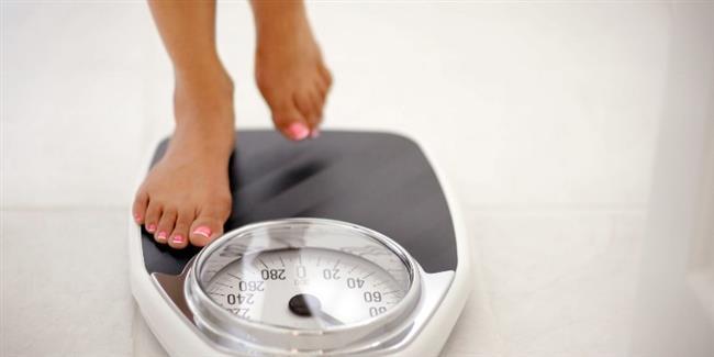 10. İdeal kilonuza ulaşın  Türkiye Beslenme ve Sağlık Araştırması verilerine göre; her 100 kişiden 30'u obez ve yaklaşık 35'i de fazla kilolu. Obez veya aşırı kilolu olmanın fiziksel aktivite alışkanlığından bağımsız olarak kolon kanserinin oluşumuna sebep olan risk faktörleri arasında gösteriliyor.Sağlıklı ağırlığa ulaşmak için gerekli olan beslenme önlemlerini alın. Tek başınıza kilo veremiyorsanız hedef ağırlığınıza mutlaka bir uzman yardımı alarak ulaşın. Özellikle karın bölgesindeki yağlanmaya dikkat edin ve vücut yağ oranının azaltılmasını hedefleyen beslenme planı oluşturun.