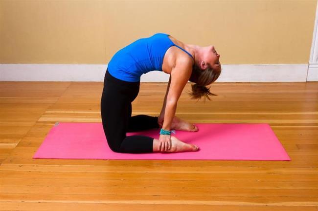 Deve Hareketi  Sırt ağrısına karşıda etkili bir harekettir. Ayrıca akciğer hacmini artırır. Dik bir gögüs için etkili bir pozisyondur.  Yapılışı  Yavaşça ayaklarınızın üzerinde durun ve ayaklarınızı birbirine yapıştırın. Yavaşça geriye doğru bükülün ve elleriniz topuklarınıza bırakın. Sonra sırtınızı,kemer ve kaburgalarınızı gerin. Kafanızı yere doğru çekin. 30 saniye böyle kalıp başlangıç pozisyonu alın bu hareketi 7 ila 12 kere arasında tekrar edin.