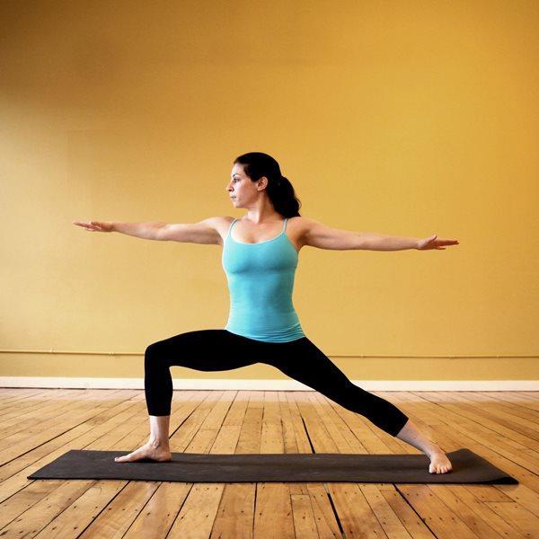 Savaşçı Yoga Pozisyonu  Yalnızca gücünüzü hissettirmekle kalmaz aynı zamanda göğüs uçlarınızı uzatmanıza ve esnek  aktif hale getirmenize yardımcı olur.  Hareketin Yapılışı  Ayaklarınızı birbirine doğru paralel tutun. Sola ayağınız 90 derece sola,sağ ayağınızı  içeriye doğru çevirin. Nefes alıp sol dizinizi çevirin. Sağ bacağınız düz durmalıdır. Kollarınızı kaldırın ve onları omuzlarınızla aynı hizaya getirin.  Bileklerinize bakarak başınızı çevirin. Bu hareketi 7 ila 10 kere arasında tekrarlayın. Sonrada aynı şekilde sağ ayağınıza da yapın.