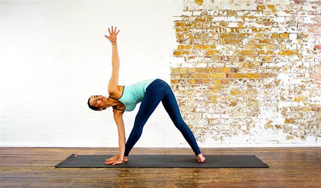 Üçgen Yoga Hareketi  Omurganızı uzatır ve güçlendirir.  Ayrıca kan akışınızı geliştirir.  Yapılışı  Ayağınızı genişçe ayırın. Sol ayağınızı 90 derece sağ ayağınızı da 15 derece açın. Sol elle sol ayak bileğine dokunun (zamanla açık avucunuzu yere koyabilirsiniz ) ve kollarınızın düz bir çizgi oluşturması için sağ kolunuzu yukarı doğru gerin. Dizlerinizi ve omurganızı da düz tutun. Yüzünüzü yukarı çevirip parmaklarınız bakın. Sonra egzersizi diğer tarafa tekrarlayın.