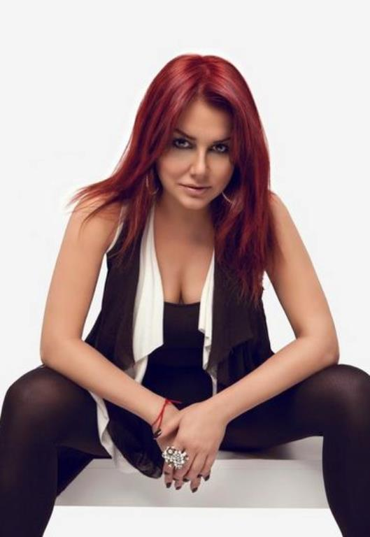 Deniz Seki  Melih Kibar ile tanışmasıyla müzik dünyasına ilk adımını attı Deniz Seki. Pek çok sanatçıya vokal yaptı. 1995'te Pop show yarışmasında birinci seçilip kariyerinde hızlı bir yükselişe geçti.