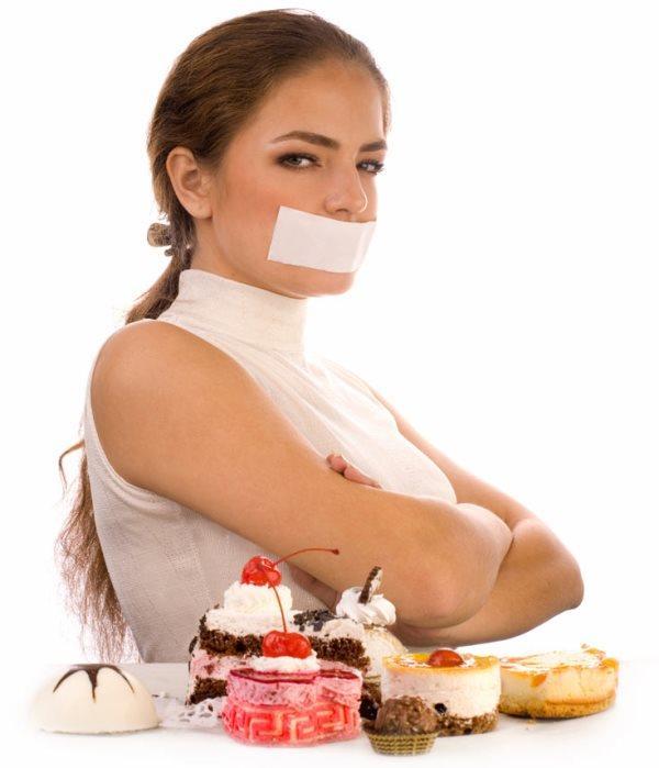 Leptin Hormonu Nasıl Çalışır?  Yemek yeme eylemimizi sonlandıran leptin hormonu; ağırlıklı olarak vücudumuzda bulunan yağ hücrelerimiz tarafından, az miktarda da mide ve kalp gibi organlardan salgılanmaktadır. Beynimizin hipotalamus bölgesini etkileyen bu hormon, beynimize vücudumuzun yağ depolarıyla ilgili bilgi vermektedir. Eğer toksanız ve vücudunuzda yeterli miktarda yağ bulunuyorsa, leptin hemen beyne bilgi verir ve beyniniz iştahınızı azaltır. Böylelikle vücudunuzdaki yağ miktarı yani kilonuz korunmaktadır.  Eğer vücudunuzdaki yağ miktarında azalma varsa, kandaki leptin miktarı azalmaktadır. Bu durumda beyne hemen sinyal gönderilir ve bu sinyaller iştahınızın artmasına sebep olur. Vücudumuzdaki yağ kütlesindeki değişimi kontrol eden leptin hormonu uzun dönemdeki kilo kontrolünde etkilidir.