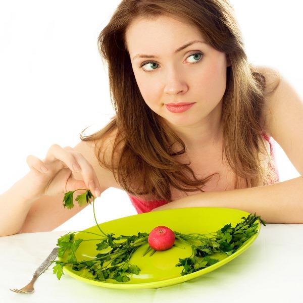 """Leptin Hormonu Ne Zaman Devreye Girer?  Leptin; pankreas, stres veya troit hormonlarına sinyaller göndererek onları da kontrol etmektedir. Yapılan araştırmalar neticesinde, midede salgılanan az miktardaki leptin hormonunun, öğün aralarında ve tokluk hissinde etkili olduğu ortaya konulmuştur. Ağımıza bir besin koyduğumuzda ya da yemek sonrasında, pankreastan insülin salgılanır ve kandaki insülin miktarı yani kan şekeri yükselir. Yemekten 2 saat sonra ise insülin hormonu düşüşe geçer. Bu esnada vücuttaki şeker enerjiye dönüşür. Tüm bu süreçler sonrasında midedeki leptin salınımı tetiklenir ve vücuttaki yağlar yakılarak enerjiye dönüşmeye başlar. Örnek vermek gerekirse; 4 saat arayla yemek yenilirse,  metabolik olarak yağlar yakılır ve devamında da yakılmaya devam eder. Dolayısıyla sık yemek yenildiğinde devamlı olarak insülin salgılanır ve zamanla insülin direnci oluşmaya başlar. İnsülin direnci oluşan kişiler kilo vermekte zorlanır. Leptin, besin alındıktan 4 saat sonra salgılanmaya başlar. Yani yağ yakımı 4 saat sonra başlamaktadır. Bu sürede sakız çiğnemek bile leptin hormonunun devreye girmesini geciktirir. Dolayısıyla uzmanların söylediği """"sık ve az ye"""" önerisinin insülin direncini arttırıp leptin hormonun salınımını geciktirdiğini söylemek mümkündür."""
