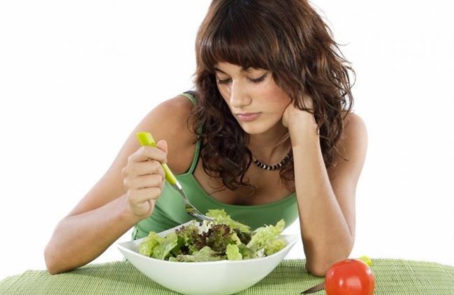 Kilo kaybı kandaki leptin miktarını azaltan etkilerden biridir. Dolayısıyla kilo kaybettikçe, leptin miktarı azaldığından kişi daha fazla yemek yemeye başlamaktadır. Kilo vermek amacıyla bilinçsiz bir şekilde diyet yapan bir kişi, leptin hormonunun bu etkisiyle iştahının arttığını ve kilo almaya başladığını gözlemleyebilir.Sağlıklı yaşamın olmazsa olmazlarından egzersiz de leptin hormonunu etkileyen faktörler arasında yer almaktadır. Egzersiz yaptıkça leptin hormonu miktarı azalır. Spor veya egzersiz sonrası kişilerin iştahlarının artmasındaki temel sebep budur.Uyku da leptin hormonunu dengelemektedir. Uykusuz kalındığında yeme ihtiyacının artmasının altında yatan sebep budur. Uykusuz kalan bir kişi de leptin hormonu oldukça düşük seviyededir.