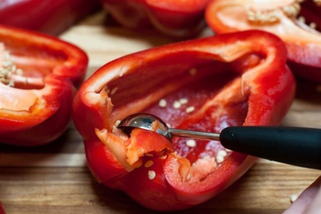Leptin İçeren Yiyecekler  Leptin bir hormon olduğundan direkt olarak leptin bulunduran besin olması mümkün değildir. Leptin hormonu vücudumuzdaki yağ depolarını kontrol eder. Eğer yağ depoları belli bir seviyenin üzerine çıkarsa, leptin devreye girerek beyne yeme eylemini sonlandırması gerektiğinin sinyalini yollar. Vücuttaki aşırı yağların yakılmasında bazı besinlerden yardım alınabilir. İşte yağ yakan besinler:  Kırmızıbiber: Capsaicin bileşenini içeren kırmızı acı biber, metabolizmayı hızlandırır. Bir yandan yağları yakarken diğer yandan da kalp atışlarını hızlandırarak damardaki kötü yağların temizlenmesine yardımcı olur. Mide rahatsızlıkları olan kişiler doktora danışmadan kırmızı acı biber tüketmemelidir.