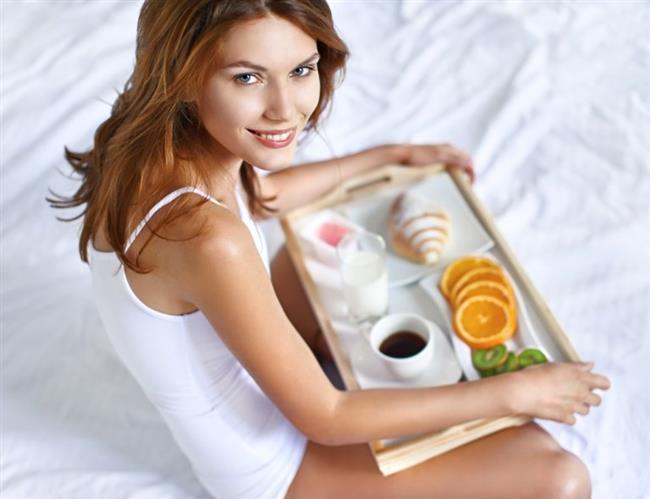 Leptin Hormonunu Dengelemenizi Sağlayacak Basit Öneriler...  1-) 7 saatlik kaliteli uyku uyuyarak hem leptin hem de ghrelin hormonlarını dengeleyebilirsiniz. 2-) Sabahları bol protein, ceviz, yeşil sebzeli besinlerden oluşan bir kahvaltı ile güne başlayabilirsiniz. Kahvaltıda özellikle karbonhidrat ağırlıklı besinler tüketmekten kaçınmalısınız. 3-) Kahvaltıda protein ağırlıklı yiyecekler tüketmeniz leptin hormonunun daha uzun süre salınmasını sağlar. Böylelikle iki öğün arasındaki süreyi uzatarak vücudunuzdaki yağların yakılmasını sağlayabilirsiniz.