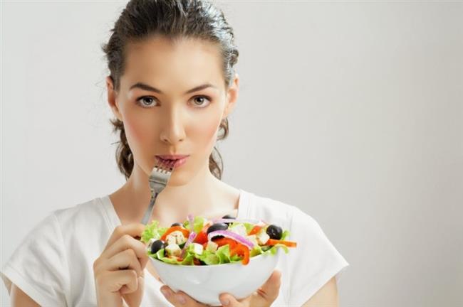 Leptin Diyetinin Kuralları  Hızla kilo vermeyi vadeden diyetlerin aksine leptin diyeti, sağlıklı beslenerek kiloyu korumayı ve sağlıklı bir şekilde kilo vermeyi amaçlayan bir diyettir. Bu diyetle ilgili bilgiler Byron J. Richards tarafından kitaplaştırılmıştır. Hatta bu kitap, çok satanlar listesinde yer almayı başarmıştır.  Leptin diyetinin olmazsa olmaz 5 kuralı bulunmaktadır. Bunlar: Akşam yemeğinden sonra kesinlikle bir şey yeme. Sabah, öğle ve akşam olmak üzere günde 3 öğün yemek ye. Öğünlerdeki porsiyonlar küçük olsun. Kahvaltıda protein içeren besinlere ağırlık ver. Karbonhidrat içeren besinlerden uzak dur.  Leptin diyetinin temel felsefesi daha fazla enerji için daha az yemek yemektir. Ayrıca yenilen yiyeceklerin kalitesinin yanı sıra ne zaman yenildiği de önemlidir. Akşam yemeğinden kahvaltıya kadar olan sürenin ortalama 12 saat olması önerilmektedir. Öğün aralarındaki sürenin ise 4 saat olması gerektiği vurgulanmaktadır.  Kaynak:Onikibilgi