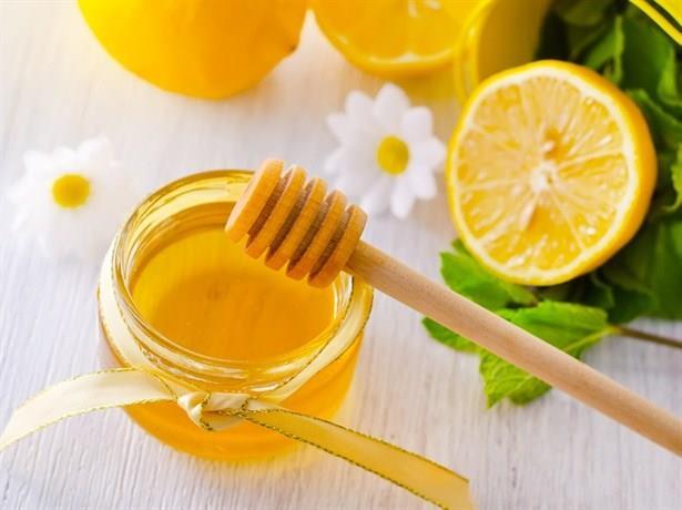 Sivilce İzlerini Gideren Bal ve Limon Maskesi  Malzemeler •2 limon •1 çay kaşığı bal •Pamuk Hazırlanışı ve uygulanışı  Limonların sularını bir kaba sıkın. Balı da ekleyerek iyice karıştırın. Pamuk topunu bu karışıma batırın. Pamuk yardımı ile karışımı yüzünüze ( özellikle akne olan bölgelerin üzerine ) sürün. 15 dakika kurumasını bekleyin. Karışımın içinde limon suyu olduğu için sakın güneşe çıkmayın. 15 dakika sonra soğuk suyla yıkayarak durulayın. 2-3 hafta boyunca günlük olarak bu işlemi uygulayarak sonuç alabilirsiniz.