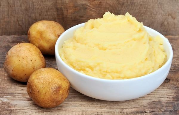 Çiğ Patates  Çiğ patates de sabırlı olmanız halinde sivilce izlerinden kurtulmanız için gereken tedaviyi size sağlayacaktır.  Çiğ patates akne izleri için nasıl kullanılır?  Bir patatesi kabuğunu soyduktan sonra yuvarlak yuvarlak dilimleyin ve dilimleri yıkayın. Dilimlerden birisini alıp yüzünüzde daireler çizerek ovalayın. Patates diliminin kuruduğunu hissedene kadar bunu yapmaya devam edin. Bir dilim kuruduktan sonra diğer dilimi alarak devam edebilirsiniz. 10-15 dakika boyunca bu ovalama işlemine devam edin. 5 dakika bekleyerek cildinizin patatesin suyunu çekmesine izin verin. Daha sonra ılık suyla yüzünüzü yıkayın. İyice temizleyip kuruttuktan sonra nemlendirici sürebilirsiniz. Bu işlemi haftada 3-4 gün uygulayarak 1-2 ay içerisinde istediğiniz sonuçları alabilirsiniz.