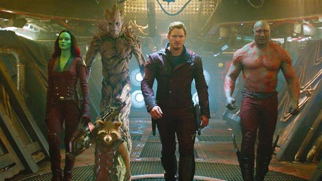 """Guardians of the Galaxy Vol. 2 – Galaksinin Koruyucuları 2 (28 Nisan)  """"Galaksinin Koruyucuları 2"""" filminde ekip uzayın uzak noktalarına yolculuklar ederken bir yandan da galaksiyi korumak adına farklı maceralara atılıyor. Koruyucular, artık aileleri haline gelen ekipte birbirlerini düşmanlara karşı korumak için savaşırken, Starlord olan Peter Quill'in gizemli geçmişinin sırları da çözülmeye başlıyor. Eski düşmanlar yeni müttefiklere dönüşürken, hayranların klasik çizgi romanlardaki favori karakterleri kahramanlarımızın yardımına koşuyor.James Gunn'ın yönetmenliğini yaptığı ve başrollerinde Chris Pratt, Vin Diesel ve Bradley Cooper gibi yıldız isimlerin yer aldığı 2014 yapımı Guardians of the Galaxy'nin devam filmi niteliğinde olan yapıt, bir kez daha Marvel'ın yapımcılığında izleyiciyle buluşacak. Başrollerdeki kadrosunun değişmediği yapımda yönetmen koltuğunu da bir kez daha Gunn üstleniyor."""