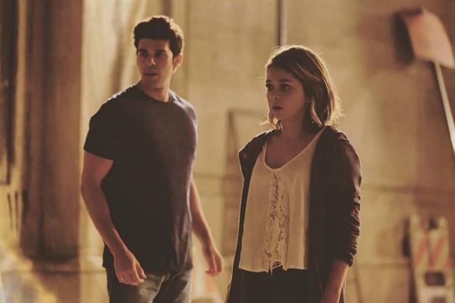 """Satanic – Şeytani (7 Nisan)  Chloe, David, Seth ve Elise, Los Angeles'ta eskiden satanist ayinlerin yapıldığı ve lanetli olduğuna inanılan bir mahallede dolaşırken, bir kızı öldürülmek üzere olduğu bir ayinden kurtarırlar. Bu gizemli kızla birlikte ruh çağırmaya karar veren gençler, şeytani bir ruhun ortaya çıkmasıyla kendilerini doğaüstü, tehlikeli ve korku dolu olayların içinde bulurlar.""""The Walking Dead"""" dizisi yapımcılarının imzasını taşıyan film, bahar tatili için Los Angeles'a giden dört üniversite öğrencisinin hikayesini anlatıyor. """"Modern Family"""" dizisinin yıldızlarından Sarah Hyland'in başrolde olduğu filmin yönetmenlik koltuğunda """"CSI: NY"""", """"The Vampire Diaries"""" ve """"Fringe"""" gibi dizilerle tanınan Jeffrey G. Hunt yer alıyor.  <a href= http://mahmure.hurriyet.com.tr/foto/yasam/kadinlarin-izlemek-isteyecegi-filmler_41650 style=""""color:red; font:bold 11pt arial; text-decoration:none;""""  target=""""_blank""""> Kadınların İzlemek İsteyeceği Filmler İçin Tıklayınız!"""