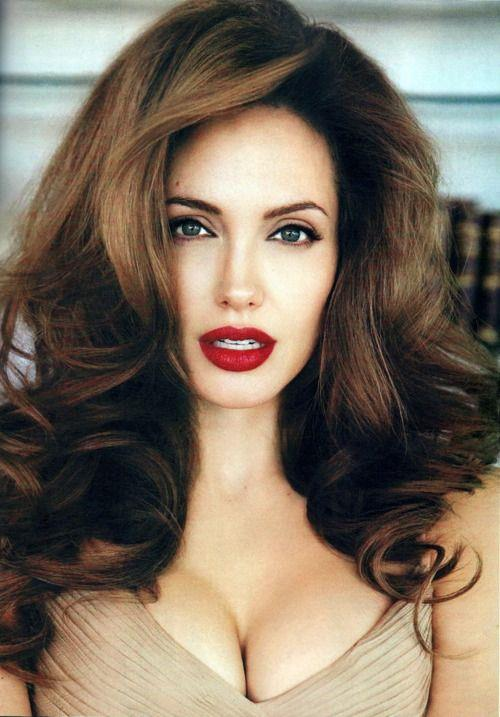 Angelina Jolie  Film sektörünün şüphesiz en çok aranan dünyanın en güzel kadınlarından biri olarak gösterilen güzel oyuncu oldukça farklı renklerde lensler takıyor.