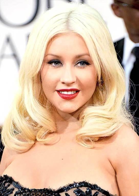 Christina Aguilera  Koyu mavi gözlerine açık mavi lens takarak cazibesine cazibe katan güzel şarkıcı son dönemde verdiği kilolarla gündemde.