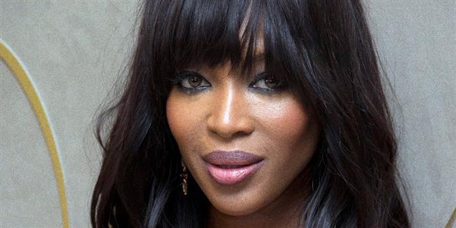 """Naomi Campbell  Siyah saç, kahve renkli gözlü Naomi Naomi Campbell katalog çekimleri ve defilelerde 3 ton tekniği ile boyanmış yeşil lenslerini takıyor. 45 yaşındaki ünlü fotomodelin yaklaşık 20 yıldır kontakt lens kullandığı biliniyor.  <a href= http://mahmure.hurriyet.com.tr/foto/magazin/unlulerin-korkunc-guzellik-sirlari_40500 style=""""color:red; font:bold 11pt arial; text-decoration:none;""""  target=""""_blank"""">Ünlülerin Korkunç Güzellik Sırları!"""