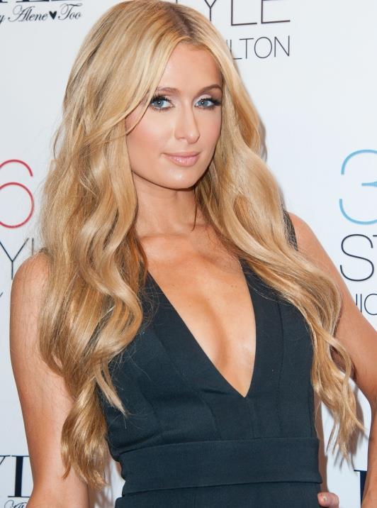 Paris Hilton  Dünyanın en çok tanınan sosyetik güzeli Paris Hilton'un tam bir mavi lens hayranı olduğunu söyleyebiliriz.Ünlü güzel kalın konturlu hareli mavi lensleriyle dikkat çekiyor.