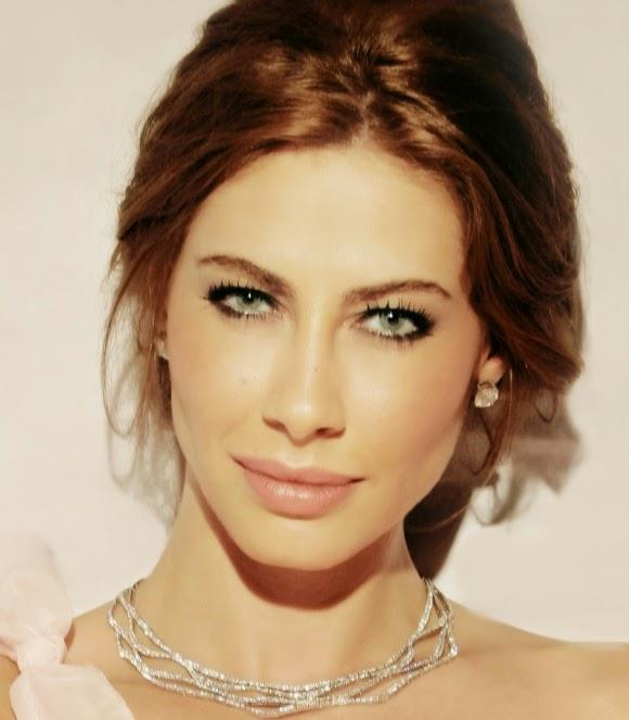 Şenay Akay  Son dönemde pek magazinde yer etmesede bir zamanların en aranan modellerinden biri hiç şüphesiz Şenay Akay'dı fakat güzel model bu güzel mavi gözlere lens sayesinde sahip.