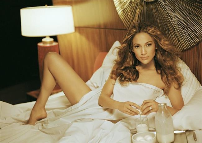 Jennifer Lopez  Son dönemlerde hem müzik hem de sinema dünyasında önemli bir isim haline gelen, Jennifer Lopez son derece güvendiği kalçalarını ve bacaklarını sergilemekten hiç kaçınmıyor. Öyle ki şöhreti yakalamasındaki en büyük payda bu seksiliği olmuştu.
