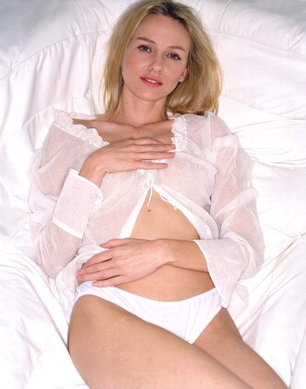 Naomi Watts - Mulholland Drive  Halka filmindeki rolüyle ünlenmeye başlayan güzel yıldız, Mulholland Drive filmindeki cüretkar ve lezbiyen sahneleriyle giderek daha fazla tanınmaya başlandı. Bu tanınırlık öyle bir noktaya ulaştı ki hala en aranan oyuncular arasında gösteriliyor.