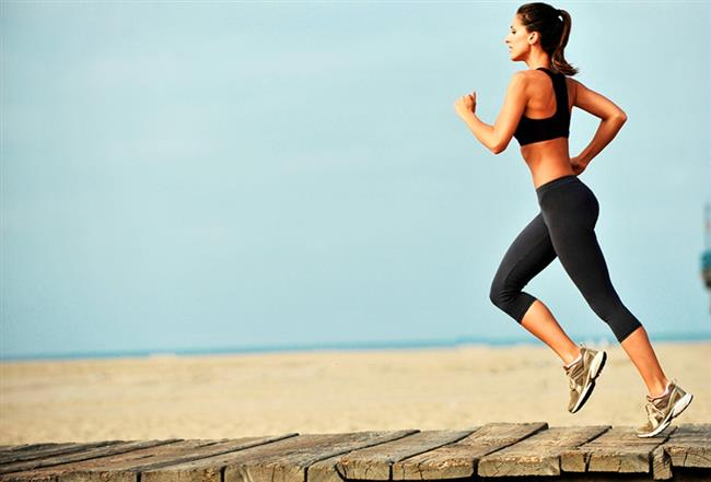 Spor yapın veya düzenli yürüyün    Vücudumuzda en ağır metabolizmaya sahip dokulardan biri sinirler. Spor, kardiyo egzersizleri vücuttaki yağ oranını ve ödemi azalttığı, aynı zamanda bütün dokulara giden kanlanmayı artırdığı için bileğimizdeki sinirlere de fayda sağlıyor ve Karpal Tünel Sendromu'na karşı güçlü bir koruma kalkanı oluşturuyor. Ancak özellikle ağırlık egzersizleriyle çalışanlar, özellikle atel veya bandaj destekle bileği korumadan yapılan ağır egzersizler fayda yerine zarar verebiliyor. Haftada en az 3 gün ve en az 45 dakikalık düzenli tempolu yürüyüş de sporun yerine geçebiliyor.