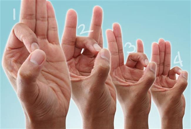 Elinize bu egzersizleri yapın    Gün içerisinde birkaç kez yapabileceğiniz el ve parmak egzersizlerinin büyük faydası var. Güne başlarken; sabah uyanır uyanmaz ele kaynar olmayacak ısıda sıcak bir duş uygulayın, sıcak su torbası ile elinizi ısıtın. Böylece o bölgedeki yapışıklığı azaltmış oluyorsunuz. Ardından bileğinizde gece boyunca oluşan sertliği azaltmak için germe egzersizleriyle bilek ve parmaklardaki eklemleri, bağları rahatlatın. En son yumuşak, süngerimsi, stres topu gibi toplarla gün içerisinde minik minik aç-kapa egzersizleri yapın. Bu egzersizleri yaparken günde bir iki kez antiinflamatuar kremlerle ödemleri açmak için bileğin iç tarafına dokunuşlarda bulunun, böylece o bölgede gelişebilecek ödemlerin önüne geçersiniz. Gün sonunda da; özellikle elinizi çok aktif çalıştırıyor, klavyeyle uzun zaman geçiriyor, spor yapıyorsanız elinize soğuk uygulama veya soğuk duşlarla (su buz gibi dondurucu olmamalı) bileğinizde akşam oluşabilecek ödemin ve ödemle birlikte sıkışmaların önüne geçebilirsiniz.