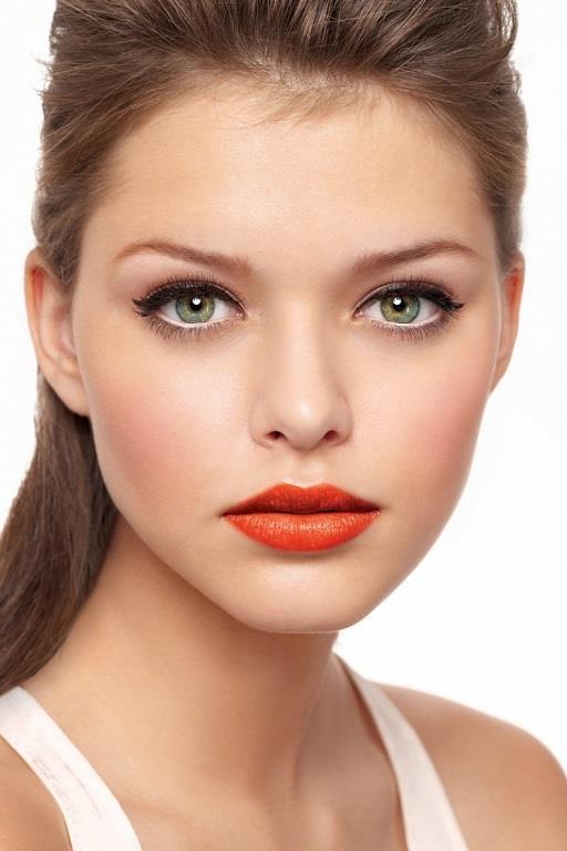 Dikkat Çekmek İçin   Bronz tende parıldayan dudaklar için yaz aylarında kullanabileceğiniz turuncu ruj.