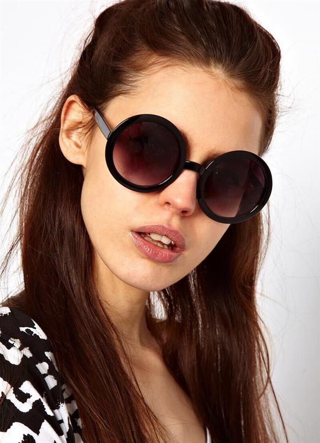 Elmas Şekilli Yüzler İçin Güneş Gözlükleri:   Elmas şekilli yüzlerde belirgin elmacık kemikleri, dar bir alın ve çene bulunur.