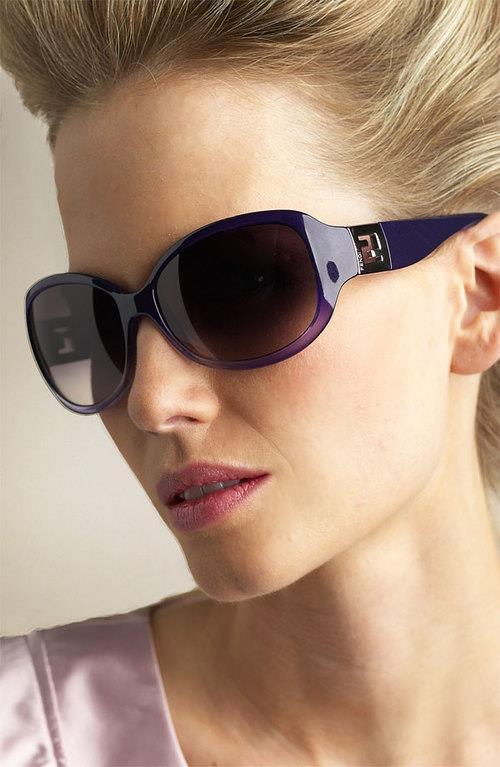Bu tür bir yüz şekliniz varsa kare, oval veya çerçevesiz gözlükler yüz hatlarınızı yumuşatacaktır.