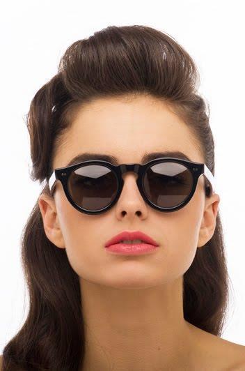"""Eğer yüz şekliniz kareyse, oval çerçeveli gözlükler yüzünüz için ideal olan gözlük tipleridir.  <a href=  http://mahmure.hurriyet.com.tr/foto/yasam/yuz-nasil-zayiflar_41525  style=""""color:red; font:bold 11pt arial; text-decoration:none;""""  target=""""_blank"""">  Yüz Nasıl Zayıflar? İşte Cevabı…"""