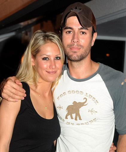 Enrique Iglesias da 2001 yılında 'Escape' klibinde esas kızı canlandıran dönemin ünlü tenisçisi Anna Kournikova ile hala birlikte.