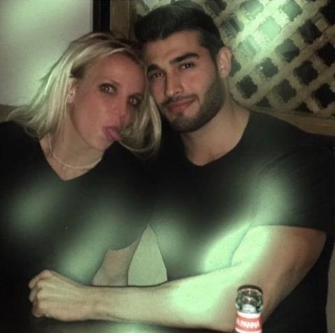 Oyuncular aşklarını dizi ve film setlerinde bulurken, şarkıcılar klip çekiminde buluyor. İşte aşkını klip çekiminde bulmuş 17 ünlü şarkıcı...  Britney Spears, 'Slumber Party'  klibinde esas oğlanı canlandıran Sam Asghari ile yeni bir aşka yelken açtı.