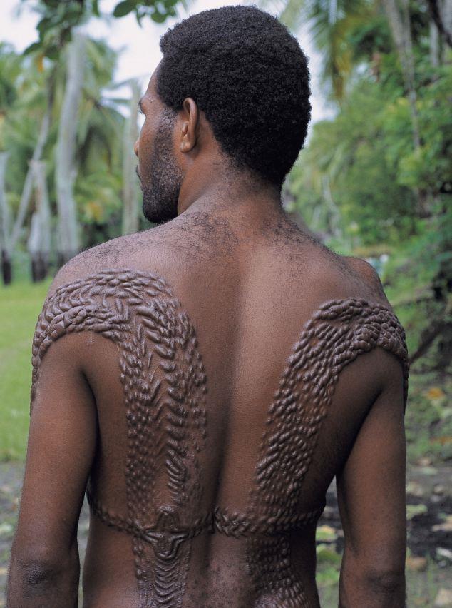 Kazıma - Batı Afrika, Yeni Gine  Yeni Gine sakinleri ve Afrika'daki diğer bazı ülkelerde yaşayan insanlar, vücutlarını desenler ve sayısız sanatsal izlerle süslüyor. Genellikle erkeklere yapılan bu izler aynı zamanda kadınlar için de güzelliğin bir göstergesi olarak kabul ediliyor.