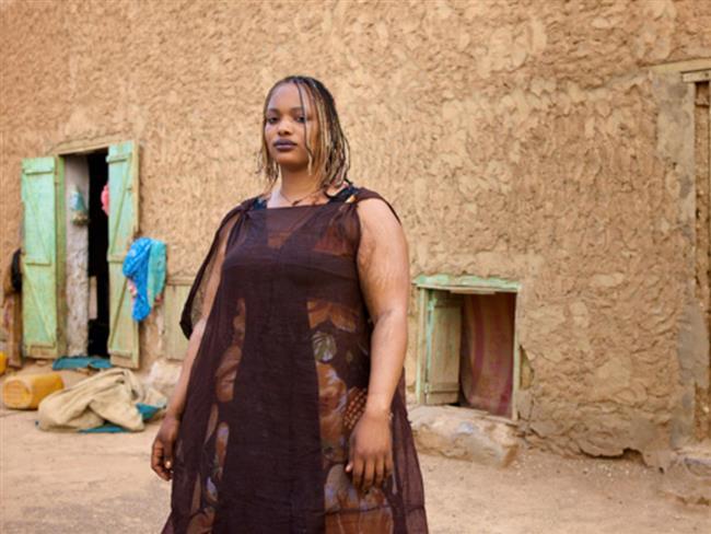 """Fazla kilo – Moritanya  Moritanya'da yaşayan kadınların karnında yağları katlanmazsa, bir erkeğin dikkatini çekme şansı kesinlikle yoktur. Kızların istenen boyutları almasını sağlamak için ebeveynleri, onları günde en fazla 16.000 kaloriyi yiyebilecekleri özel """"çiftlikler"""" e gönderir. Ne yazık ki bu gelenek nedeniyle birçok kız mide rahatsızlığı geçiriyor.  <a href=  http://mahmure.hurriyet.com.tr/foto/ask-iliskiler/seks-hayatinizi-atesleyecek-tavsiyeler_41002 style=""""color:red; font:bold 11pt arial; text-decoration:none;""""  target=""""_blank""""> Seks Hayatını Ateşleyecek Tavsiyeler!"""