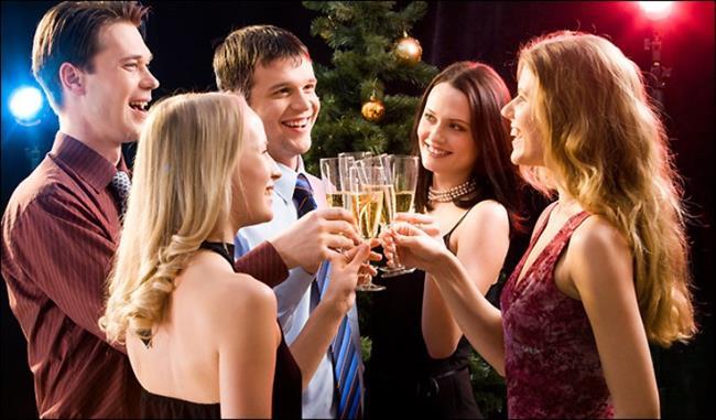 BOĞA BURCU   Boğalar sarhoş olmazlar, olmayı da seçmezler. Çünkü onlar için kontrollü olmak esas prensiptir. Gittikleri mekanlarda tek içkiyle bütün geceyi geçirebilirler.   Genç yaşlarında bira yeterli bir içki olurken, yaşları ilerledikçe brandy gibi daha kaliteli içkilere yönelirler. Sarhoş oldukları görülmüştür ve genelde çok eğlenceli parti arkadaşlarıdır, ama arada terbiyelerinden çıktıkları anlar da olur.