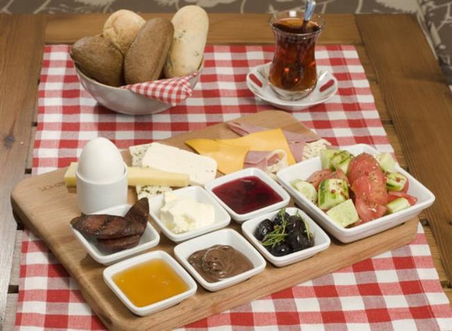 KAHVALTIYI ATLAMAK:   Kahvaltı sizi güne hazırlayan en önemli öğündür. Atlandığında daha az kilo verecek ve metabolizmanız yavaşlayacaktır.