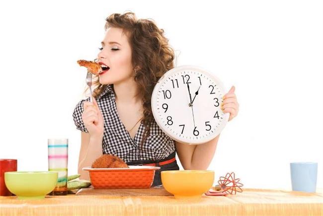 HIZLI YEMEK YEMEK:   Hızlı yemek yendiğinde sindirim yavaşlamakta bu durmda kilo artışına neden olmaktadır.