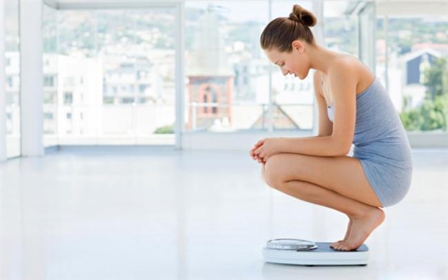 HER GÜN TARTILMAK:   Zayıflama diyeti süresince sizi demoralize edebilecek en önemli şeydir tartılmak. Gün içinde bile değişimler görülebilir; kabızlık, ödem total kiloyu etkileyeceği için kendinizi kilo almış görebilirsiniz.