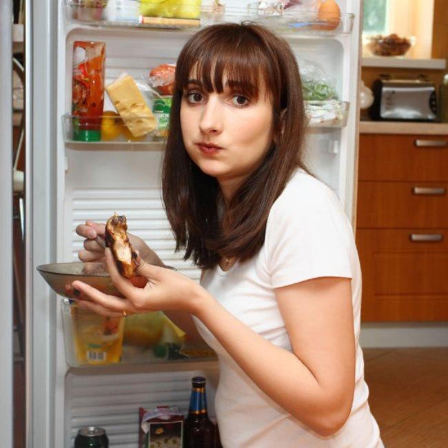 AYAKTA YEMEK YEMEK:   Yemekleri ayakta yediğinizde hem daha hızlı yiyecek hem de sindirim problemleri yaşayacaksınız.