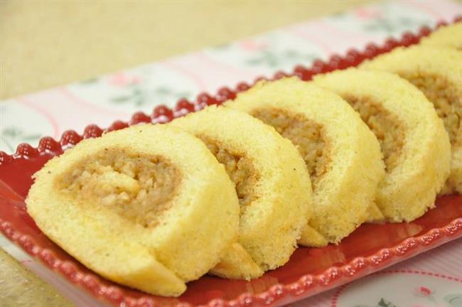 Elmalı Light Pasta Tarifi:   Malzemeler:   • 4 Büyük Elma • ½ Fincan Un • ¼ Fincan şeker • 2 Çorba Kaşığı toz şeker • 1 Çay Kaşığı Tarçın • 3 Çorba Kaşığı Yağsız Yoğurt • 1 Paket Kabartma Tozu • 1 Paket Vanilya şekeri • 1 Yumurta • 1 Tutam Tuz  Hazırlanışı:    Elmaları soyun ve ince ince dilimleyin. Orta boy düz bir fırın kabını biraz yağlayın. Elmaları kabın altına serpiştirin, üzerine vanilya şekeri ilave edin.  Önceden ısıtılmış sıcak fırında 20 dakika pişirin. Diğer malzemeleri bir kapta iyice karıştırın ve sıcak elmaların üzerine eşit olarak dökün.  20-25 dakika daha fırında pişirin. Ilık veya soğuk olarak servis yapın.