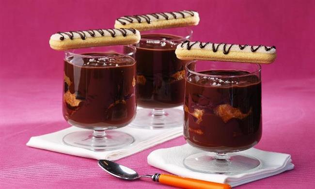 Diyet Krem Şokola:   Malzemeler:   • 1 su bardağı light süt • 2 tatlı kaşığı kakao • 2 yemek kaşığı toz tatlandırıcı • 1 yemek kaşığı nişasta (37 kcal) • 1 paket şekersiz ilavesiz çikolata • Kedi dili • Kuru yaban mersini vb.  Hazırlanışı:    1 su bardağı Soğuk light sütümüzü minik bir tencereye alıp, içerisine nişastamızı katıp güzelce çırpıyoruz. Tatlandırıcımızı ekleyip karıştırıyoruz. Ve son olarak 2 tatlı kaşığı kakao ilave ederek; pürüzsüz bir doku elde ediyoruz. Ocağımızı kısık ateşte açıp, kıvam koyulaşana dek karıştırarak pişiriyoruz. Muhallebi kıvamını yakaladığımız noktada, ocaktan alıyoruz. İçerisine 1 bar şeker ilavesiz isteğe bağlı çikolatamızı bölerek ekleyip, eriyene kadar karıştırmaya devam ediyoruz. Güzelce kasemize doldurup, oda ısısına düşene dek serin bir ortamda, daha sonra buzdolabına misafir ediyoruz. İsteğe bağlı olarak içine kedi dilide ekleyebilirsiniz.