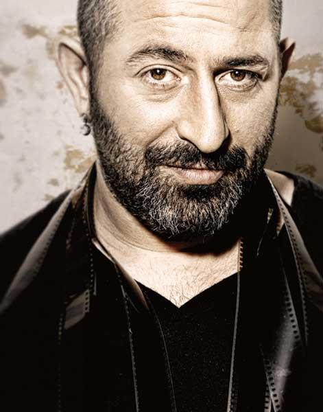 """Cem Yılmaz  Hokkabaz filminde oynadığı rolle 34. Brussels Uluslararası Bağımsız Film Festivali (2007) : """"En İyi Erkek Oyuncu"""" ödülünü aldı."""