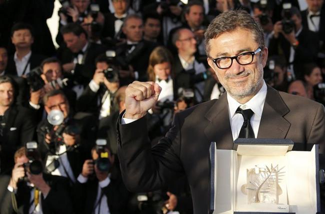 """Nuri Bilge Ceylan  56. Cannes Film Festivali'nde yarışan ve favori filmler arasında gösterilen Nuri Bilge Ceylan'ın 2002 yapımlı dram filmi Uzak, Altın Palmiye'den sonra festivalin ikinci önemli ödülü olan 'Büyük Jüri Ödülü'nü ('Grand Prix') aldı.2008 Cannes Film Festivali'nde küçük zaafların büyük yalanları doğurmasıyla parçalanan bir ailenin, gerçeklerin üzerini örterek bir arada kalma çabasını anlatan Üç Maymun filmiyle """"En İyi Yönetmen Ödülü""""nü aldı. Nuri Bilge Ceylan'in """"Kış Uykusu"""" isimli filmi 2014 yılında 67. Cannes Film Festivali'nde büyük ödül olan Altın Palmiye'ye layık görüldü."""
