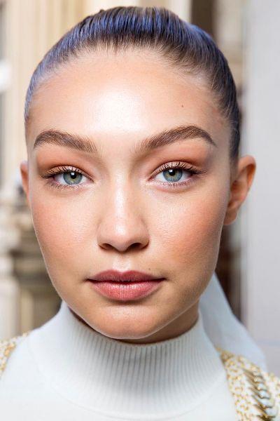 Monokrom makyajın en kurtarıcı ürünü yanak ve dudaklara uygulanabilen krem yapıdaki ürünler.   Yüzünüzü Çok Daha Yaşlı Gösteren Makyaj Hataları