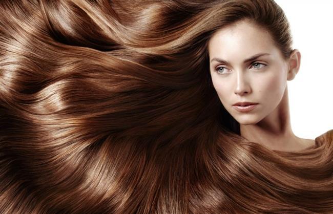 Saçların sağlıklı ve maksimum seviyede uzayabilmesi için duman, hava kirliliği gibi çevresel faktörlerin, saç boyası, saç maşası veya kurutma makinesi gibi yıpratıcı ürünlerin hiç kullanılmaması, gerekli vitaminlerin alınması ve sigara gibi kötü alışkanlıkların bırakılması gerekiyor. Ancak tüm bunları hayatımızdan çıkarmak – bazı durumlarda- mümkün olmuyor. Beslenmemize dikkat edebilir, sigarayı bırakabiliriz ancak çevremizde bulunan ve gün içinde maruz kaldığımız hava kirliliği, duman gibi çevresel faktörlere yapabileceğimiz bir şey yok.