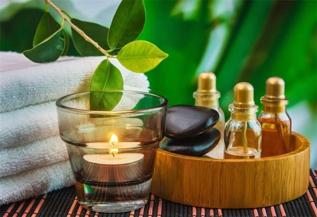 Çin ve Japon kültüründe kullanılan bir diğer saç uzatan bitkisel yağ ise kamelya yağıdır. Kamelya ağacının tohumlarından elde edilen yağ içerisinde bulunan A, B, C ve E vitaminleri ile sağlıklı saçlar için gereken tüm vitaminleri barındırmaktadır.  Ayrıca bu yağın içinde %80'e varan oranlarda bulunan oleik asit kafa derisinin temizlenmesi, ölü hücrelerin saç teli köklerinden alınmasında da etkilidir. Bu sayede vitaminler ve mineraller saç köklerine daha rahat ulaşabilmekte, bu bölgeye ulaşan oksijen miktarı yükselmektedir. Kamelya yağını direk saç derinize masaj yaparak sürebilirsiniz.